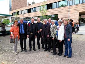 Das Ehepaar Jahn (links) zeigt der Delegation aus Hannover stolz den neuen Bau. Mit dabei sind das Ehepaar Beckmann (3. v. l. und 4. v. l. hinten) und Propst Tenge (Mitte).
