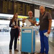Schneller Segen kurz vorm Start: Pastor Ulrich Krämer (Mitte) und Horst Vorderwülbecke empfinden die Arbeit am Flughafen als Bereicherung. © kiz/ Deppe