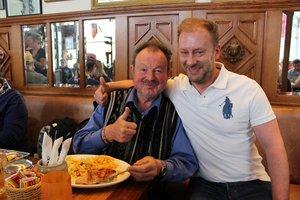 Ein Gast freut sich über die Einladung von Wirt Matthias Wenkel (r.) beim Social Lunch in der StäV. © Kemper