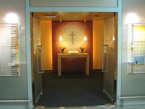 Die Kapelle der Flughafenseelsorge steht 24 Stunden am Tag Reisenden und Mitarbeitern offen. © pkh