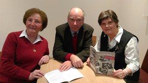 Maria Mennecke (l.), Joachim May und Elisabeth Fritsch freuen sich, dass ihre Erinnerungen in Form einer Broschüre veröffentlicht wurden. © pkh