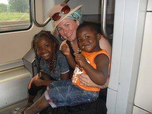 Dörte Bayo auf großer Fahrt mit Flüchtlingskindern