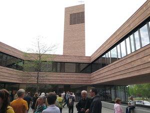 Die neue Propsteikirche in Leipzig ist ein offener, einladender Bau geworden, durch den man tatsächlich mittig hindurchgehen kann. © C. Beckmann