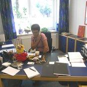 Multitasking am Arbeitsplatz von Gaby Conrady: Rechte Hand am Hörer, linke auf der Tastatur und mit ganzem Herzen dabei. © Stabenow