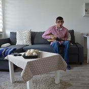 """Abdul (18) besteht darauf, seiner Familie beim Einrichten seiner Zimmer im ehemaligen Pfarrhaus von Maria Trost mitgeholfen zu haben. """"Alter, ich schwör!"""", wiederholt er mehrmals. © Kleine"""