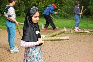 Die zehnjährige Kreschma Azizi kam mit ihren Eltern aus Afghanistan nach Garbsen. Das ökumenische Projekt Neuland hilft ihr dabei, auch mal aus Garbsen raus zu kommen und etwas Neues zu entdecken. Zum Beispiel, wie man aus Stöcken Musikinstrumente selber baut. © Neuland