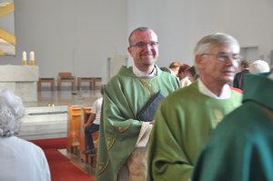 Bei seiner feierlichen Einführung als neuer Pfarrer in Schwarmstedt und Mellendorf präsentierte sich Hartmut Lütge freudestrahlend seinen neuen Gemeinden. © privat/ Weiner