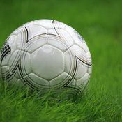 Selbst der Ball an sich ist für so manchen Fußballfan ein fast schon sakrales Objekt. © pixelio/ Sturm