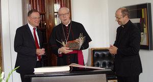 Den damaligen Oberbürgermeister Stephan Weil (l.) beschenkte Trelle mit einem Abguss der Weihnachtsszene von der Bernwardstür. Foto: Stadt Hannover