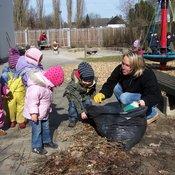 Eine Mitarbeiterin von Ricoh beim Social Day sammelt zusammen mit Kindern Laub. © Kemper