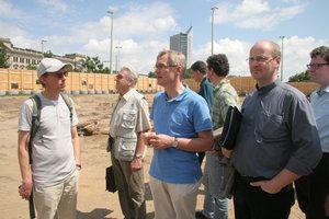 Im Sommer 2012 besichtigten Seelsorgerinnen und Seelsorger aus Hannover den Bauplatz.