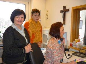 Christine Grabowski (links) und Ramona Pold (rechts) empfangen die Besucher der Caritas. Seit Januar unterstützt Brunhilde Troge (Mitte) das Team ehrenamtlich.