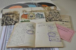 Das Wanderbuch eines Gesellen um 1920, Postkarten von 1900, Fotos und Schallplatten können in der Ausstellung im Kolpinghaus besichtigt werden. © pkh