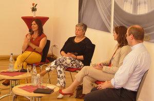 Ewa Karolczak (l.), Felizitas Teske (2.v.l.) und Propst Martin Tenge diskutierten mit Moderatorin Alexandra Jürgens-Schaefer (2.v.r.) über die Rolle von Frauen in der katholischen Kirche